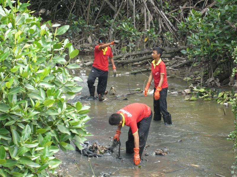 เด็กๆกำลังช่วยกันทำความสะอาด