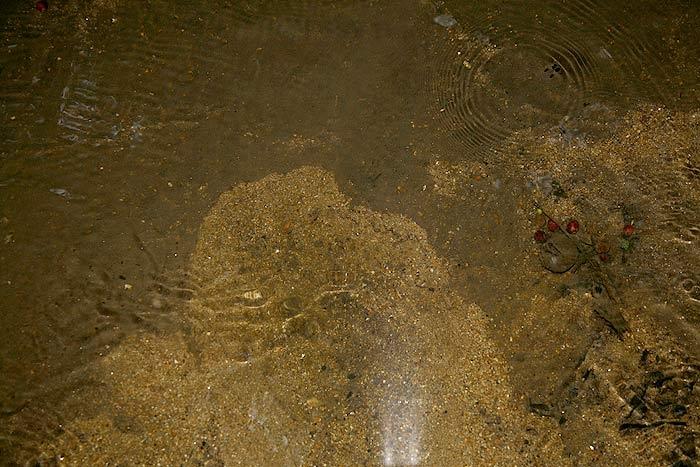 ลองขุดทรายดู ถมหินพื้นลำธารเดิมอยู่เป็นคืบเลยเชียว