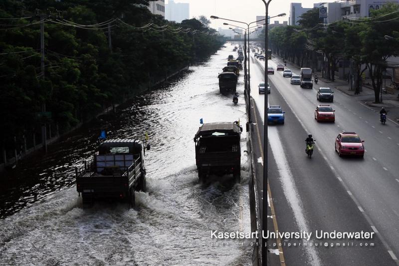 น้ำที่ท่วมถนน ไหลมาจากแยกเกษตร และบางส่วนมาจากมหาวิทยาลัย