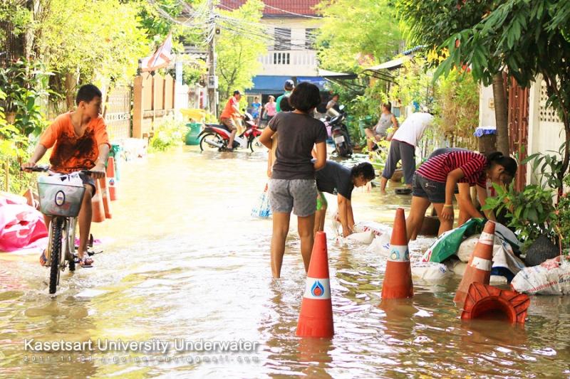 ชาวบ้านช่วยกันทำคันกันน้ำ