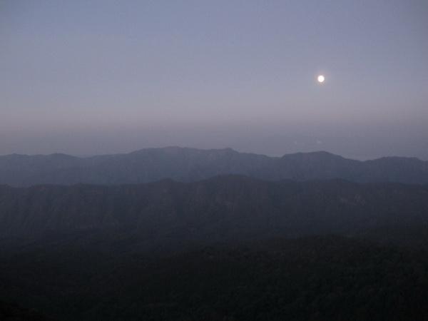 ถึงข้างบนพระจันทร์ยังอยู่