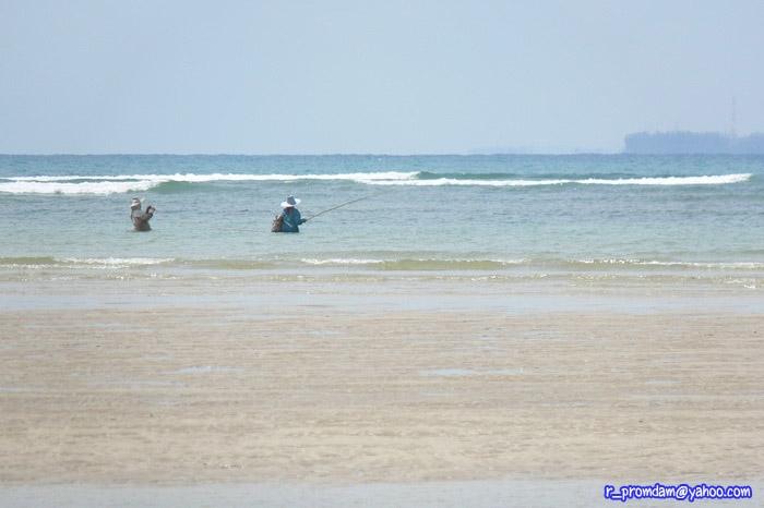 บริเวณหน้าหาด มีชาวบ้านทำมาหากินด้วยการตกปลา